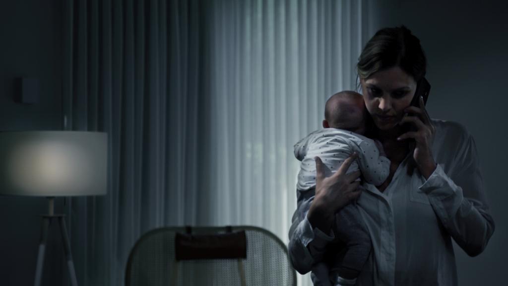 vrouw met baby aan telefoon