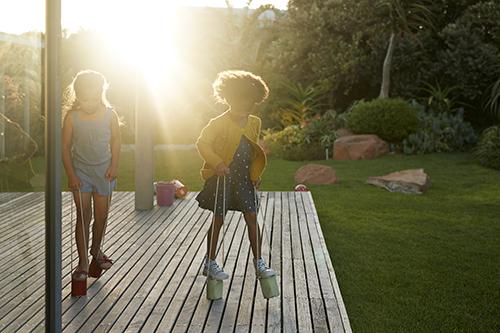 Kindjes spelen buiten
