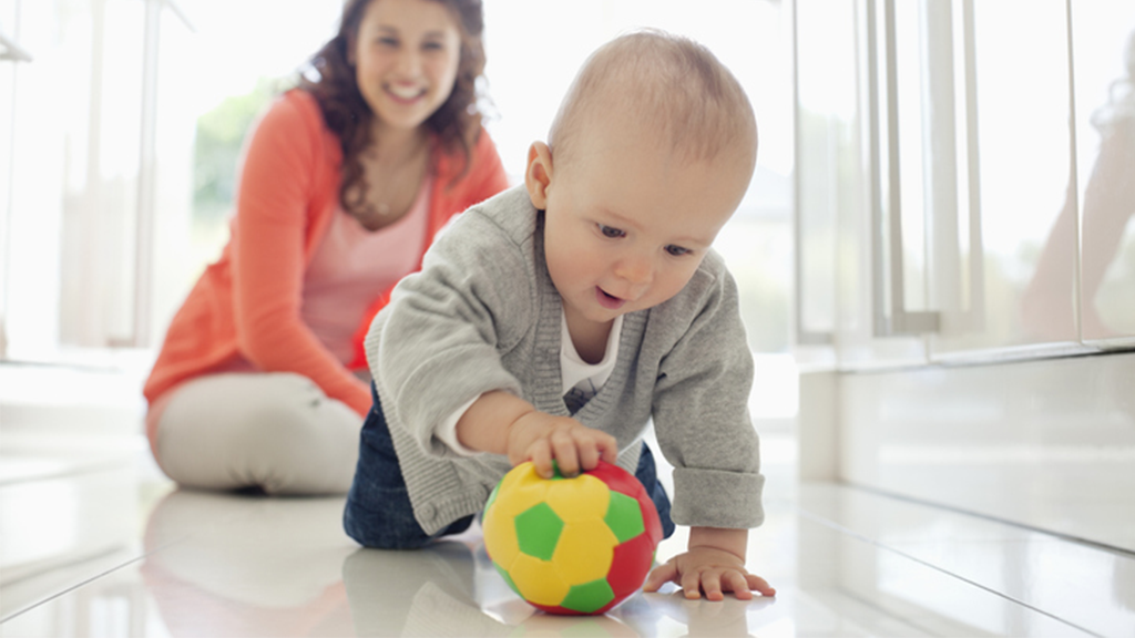 baby-speelt-met-bal