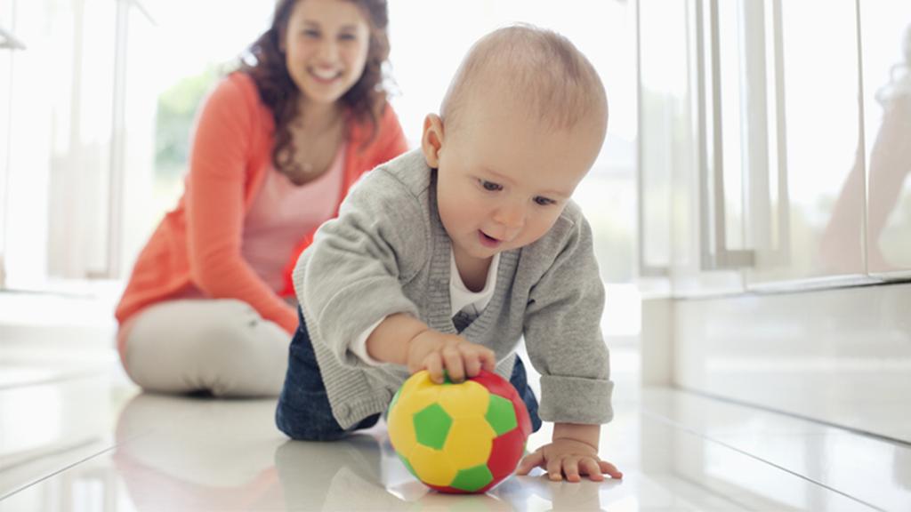 baby speelt met bal