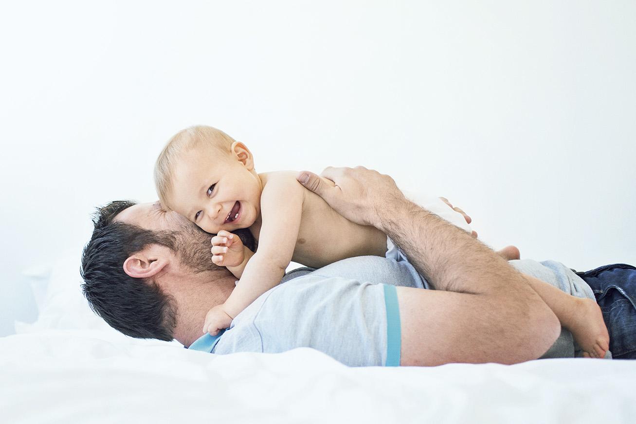 Papa et enfant jouent