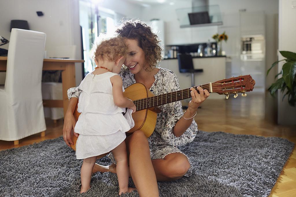 mama maakt muziek met peuter