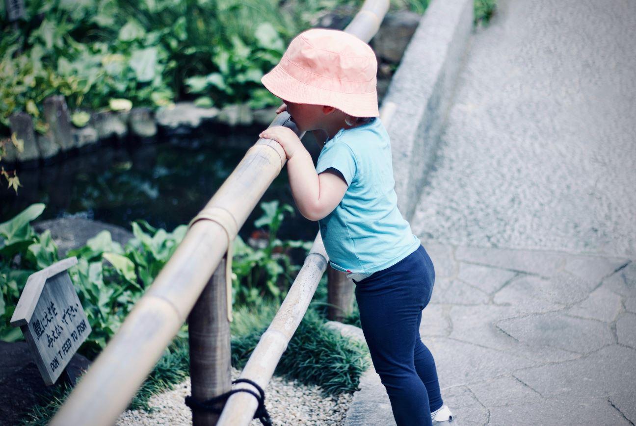 Enfant qui joue dehors