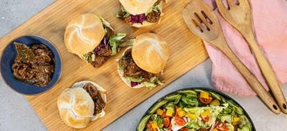 Broodje stoofvlees met salade