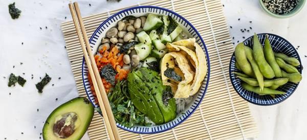 Plattekaastaart met fruit en notenbodem