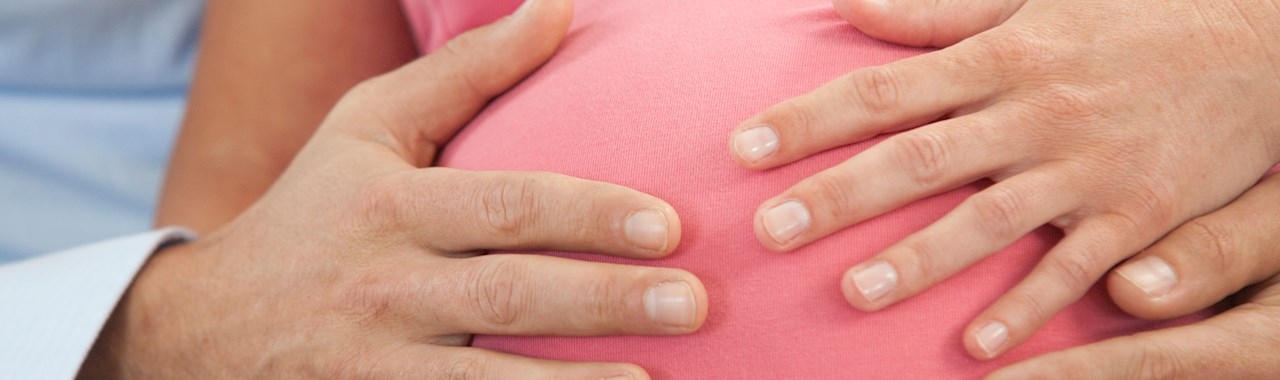 handen op zwangere buik